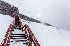 Les escaliers au vivant bloque, après les chutes de neige lourdes Nuuk, Greenla images stock