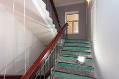 Les escaliers avec les rampes en bois est la partie de l'intérieur de l'appartement pendant la hausse ou la retouche, rénovation, images libres de droits