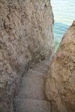 Les escaliers découpés dans la roche mène au lac Images libres de droits