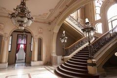 Les escaliers détaillent dans le vieux bâtiment de casino d'histoire Image stock