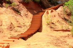 Les escaliers dans l'ocre ont coloré le paysage, le Comté de Roussillon, France photographie stock