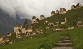 Les escaliers dans la ville des morts Dargavs Photo stock