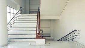 Les escaliers dans le bâtiment vident l'intérieur moderne d'immeuble de bureaux photographie stock