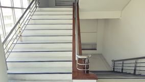 Les escaliers dans le bâtiment vident l'intérieur moderne d'immeuble de bureaux images stock