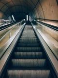 Les escaliers de mécanicien structurent à l'intérieur dans le souterrain photo stock