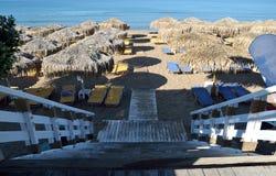 Les escaliers en bois mène à la plage Photos stock