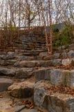 Les escaliers en pierre sur des marécages traînent en parc de Piémont, Atlanta, Etats-Unis Image stock
