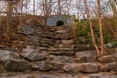 Les escaliers en pierre sur des marécages traînent en parc de Piémont, Atlanta, Etats-Unis Images libres de droits