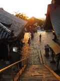 Les escaliers et les bâtiments allumés par coucher du soleil, Nigatsu-font temple, Nara Japan image stock