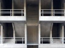 Les escaliers et les passages couverts concrets dans un brutalist dactylographient le bâtiment Images libres de droits