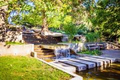 Les escaliers font du jardinage avec les cascades et la colline de roses dans le jardin Oberlaa de station thermale à Vienne, Aut photographie stock