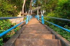 Les escaliers jusqu'au dessus de Tiger Cave Temple Photographie stock libre de droits