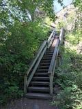 Les escaliers lèvent une colline photographie stock