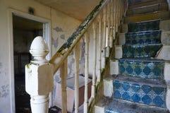 Les escaliers ont abandonné la vieille maison Image stock