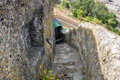 Les escaliers ont coupé dans la roche photographie stock