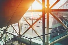 Les escaliers pour des passagers au décollage mettent en place dans l'aéroport Image stock