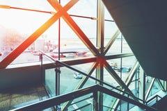Les escaliers pour des passagers au décollage mettent en place dans l'aéroport Images stock