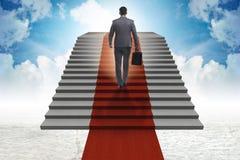 Les escaliers s'élevants de jeune homme d'affaires et le tapis rouge dans le ciel Photo libre de droits