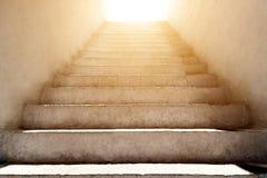 Les escaliers se lèvent et la lumière du soleil photographie stock libre de droits