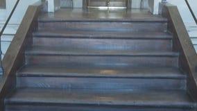 Les escaliers se penchant sur la porte Photo stock