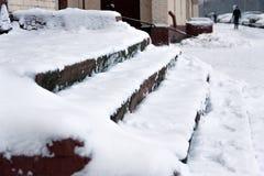 Les escaliers sont couverts de neige soigné Le problème du déblaiement de neige dans la ville Non nettoyé images stock