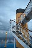 Les escaliers sur la plate-forme d'un bateau de croisière image libre de droits