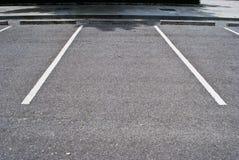 Les espaces dans le parking Images stock