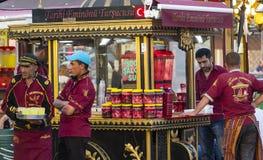 Les espaces restauration avec les sandwichs traditionnels avec des poissons à Istanbul près du pont de Galata Photos libres de droits