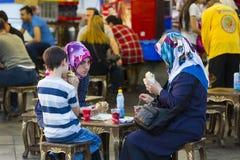 Les espaces restauration avec les sandwichs traditionnels avec des poissons à Istanbul près du pont de Galata Images libres de droits