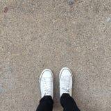Les espadrilles blanches chausse la marche sur la vue supérieure au sol Photo libre de droits
