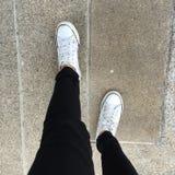 Les espadrilles blanches chausse la marche sur la vue supérieure au sol Photo stock