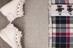 Les espadrilles des femmes et la chemise de plaid avec l'insertion de dentelle Laque à la mode Photos stock