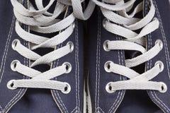 Les espadrilles des hommes dans le tissu épais bleu-foncé Photo libre de droits