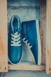 Les espadrilles des hommes en cuir, espadrilles bleues Image stock