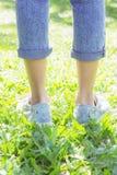 Les espadrilles en parc, les gens souvent portés dans le confort Photo libre de droits