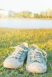 Les espadrilles en parc, les gens souvent portés dans le confort Image libre de droits