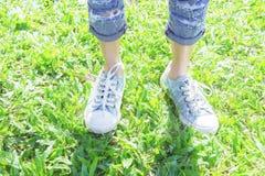 Les espadrilles en parc, les gens souvent portés dans le confort Photographie stock libre de droits