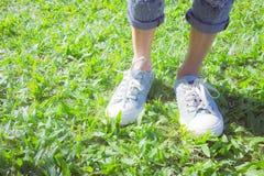 Les espadrilles en parc, les gens souvent portés dans le confort Images libres de droits