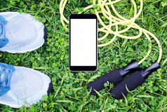 Les espadrilles grises, corde à sauter, téléphonent faux haut Photos libres de droits