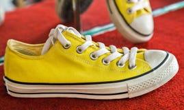 Les espadrilles jaunes de vintage façonnent à modèle de style de vintage la chaussure de course Image libre de droits