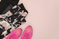Les espadrilles roses femelles, les chaussures de sport, guêtres dans l'appartement étendent le style, vue supérieure Concept de  Image libre de droits