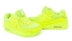 Les espadrilles vert clair ont isolé le fond blanc isolat de chaussures de sports Photo stock