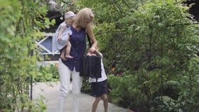 Les essais de mère pour prendre la substance du sac et de son petit jouer de fils ne la laissent pas banque de vidéos