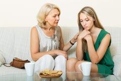 Les essais de mère réconcilient avec la fille Photos stock