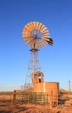 Les Etats-Unis, Arizona/comté de Cochise : Pompe et réservoir de moulin à vent images stock