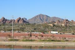 Les Etats-Unis, Arizona/Tempe : Vue à travers le parc de Papago à la montagne de Camelback Photographie stock libre de droits
