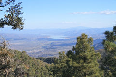 Les Etats-Unis, Arizona : Vallée de Rver de sel avec Roosevelt Lake Photo libre de droits