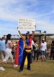LES ETATS-UNIS, AZ : Rassemblement pour le Venezuela > le signe de protestation Images libres de droits