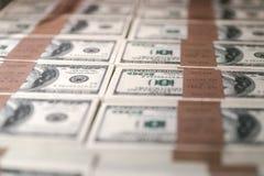 Les Etats-Unis cent dollars dans une boîte Images stock