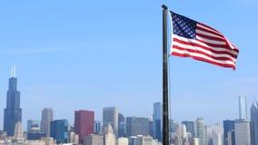 Les Etats-Unis diminuent avec l'horizon de Chicago à l'arrière-plan banque de vidéos